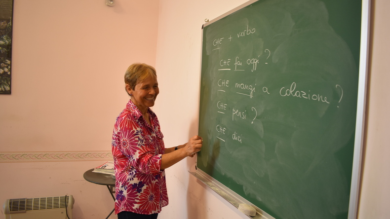 Enseignant utilisant le tableau