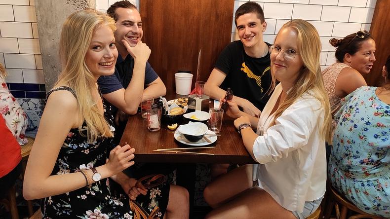 Manger avec de nouveaux amis