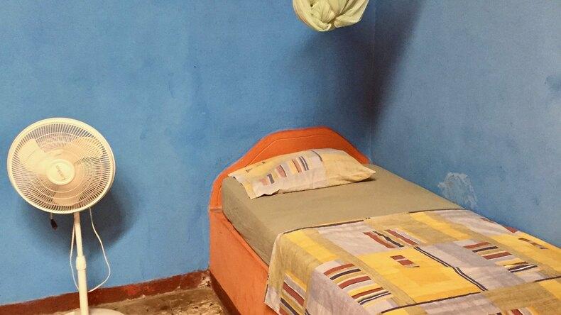 Chambre simple de l'hôtel