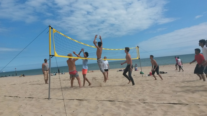 Estudiantes jugando al voleibol