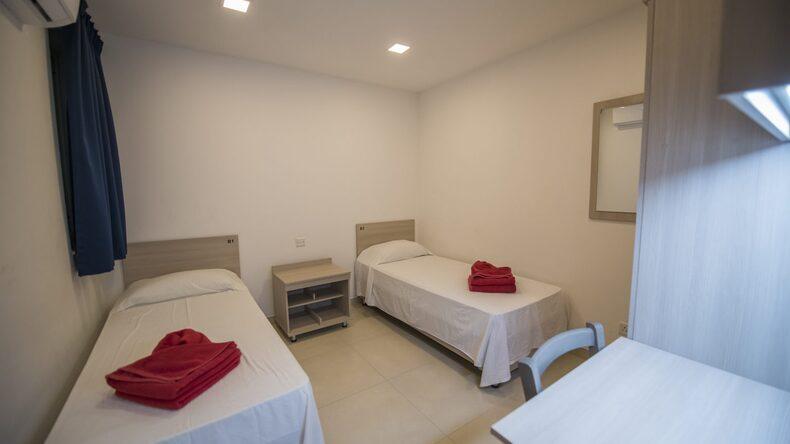 sypialnia z dwoma pojedynczymi łóżkami