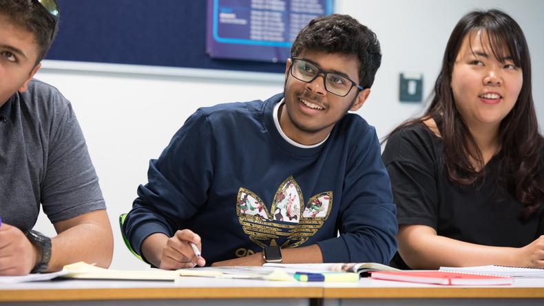 Студенты в процессе обучения