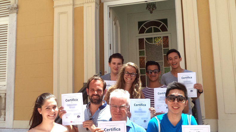 Студенти зі своїми сертифікатами